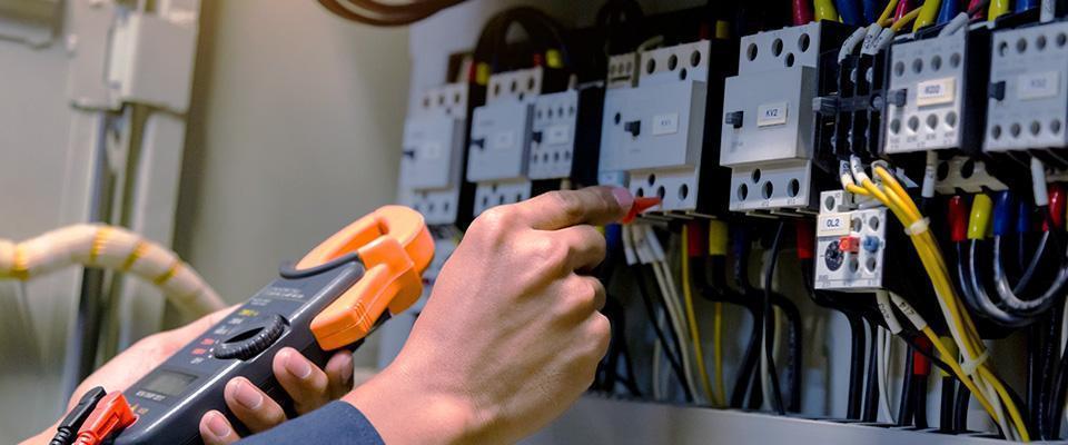Elektryk wykonuje pomiar